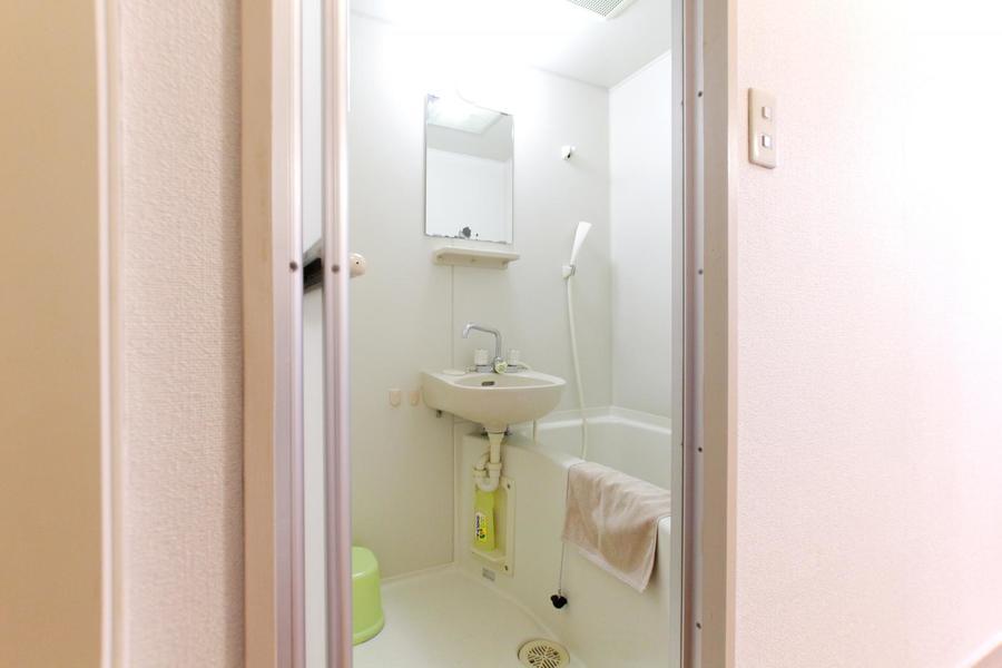 お風呂にはバスマット、洗面台などのバス用品をご用意しています