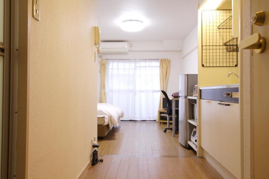お部屋と廊下は同じフローリング張り。色合いもまとまり統一感があります