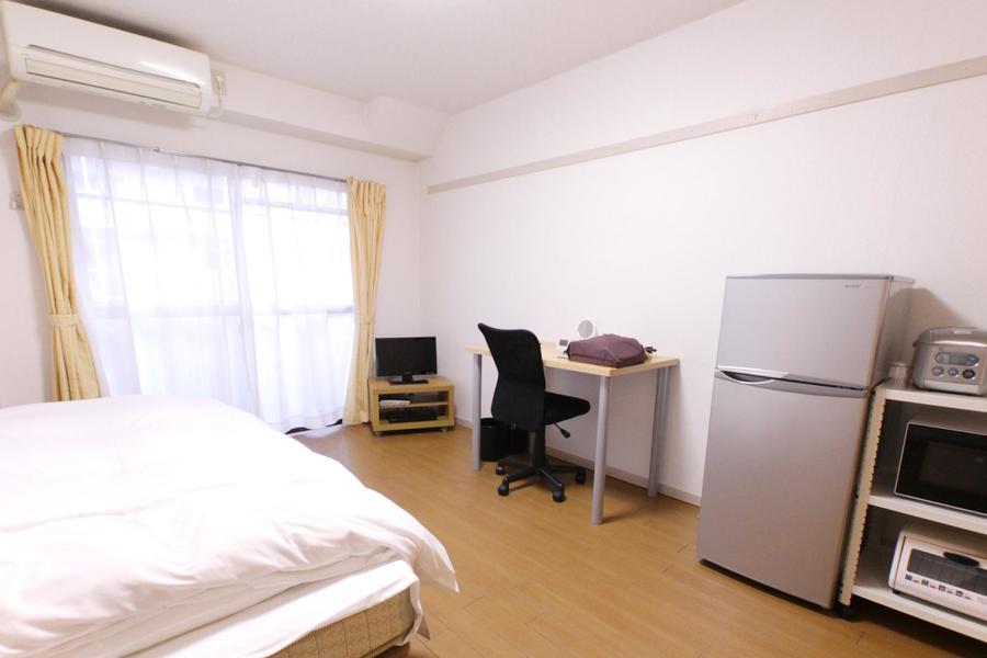 白い壁紙と木目フローリングの組み合わせのシンプルなお部屋です
