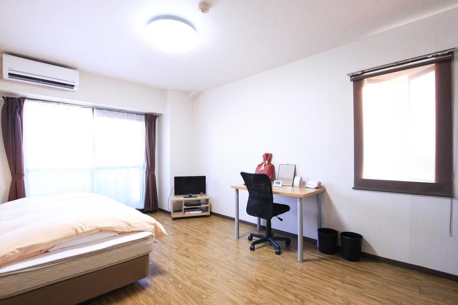 フローリングタイプのシンプルなお部屋。細かな木目が特徴です