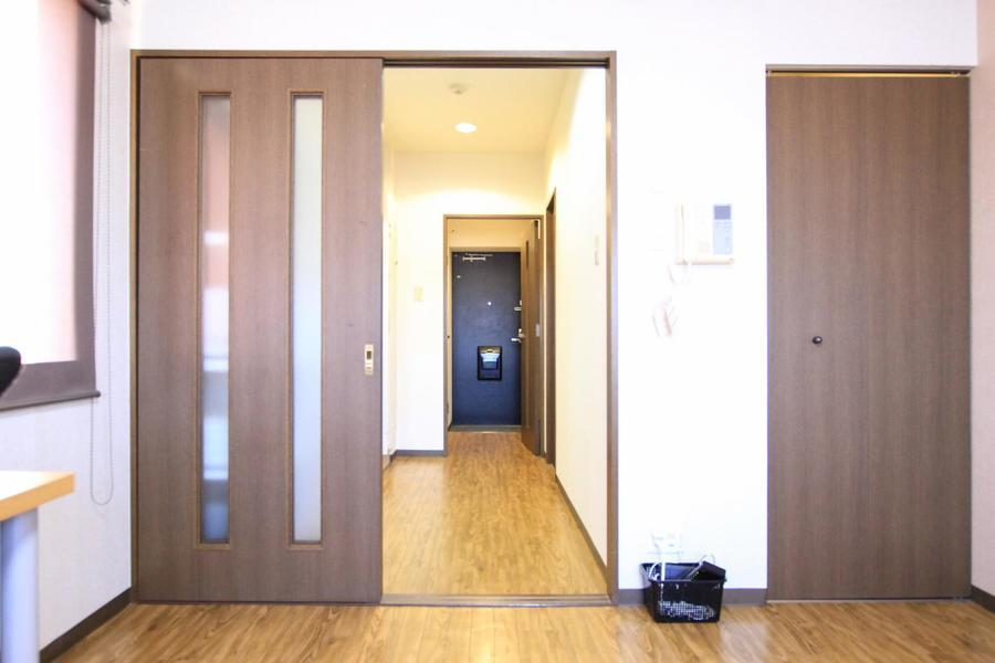 お部屋と廊下の間はスライドドアタイプ。足元の段差も少なめです