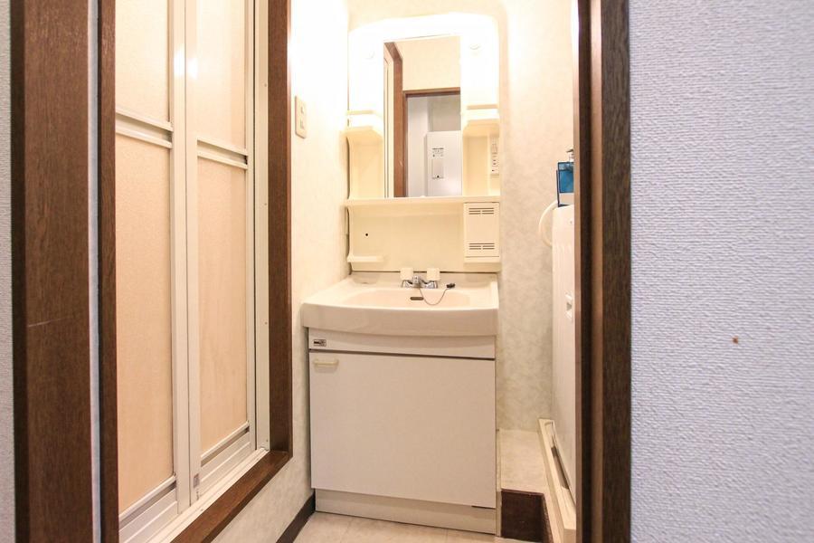 洗面台は独立タイプ。収納スペースが豊富なのが特徴です
