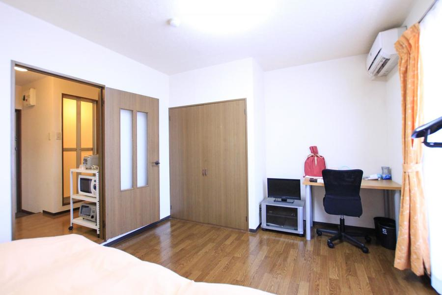 デスクやベッドを置いてもゆとりのスペース。狭さを感じさせないお部屋です