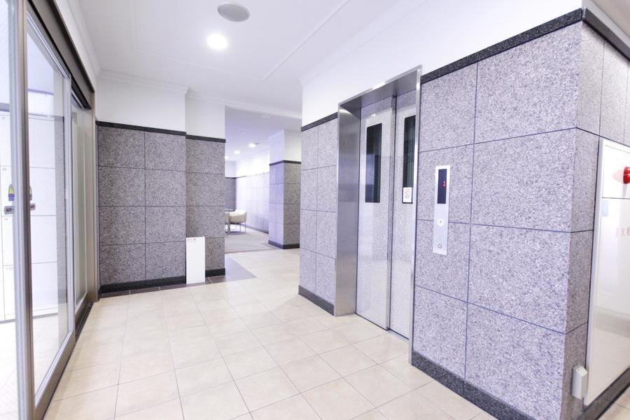エレベーターホールもグレー系でまとめられ統一感があります