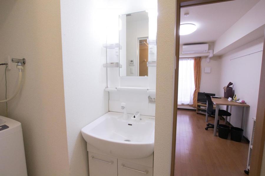 洗面台はシャンプードレッサータイプ。小物収納棚も充実しています