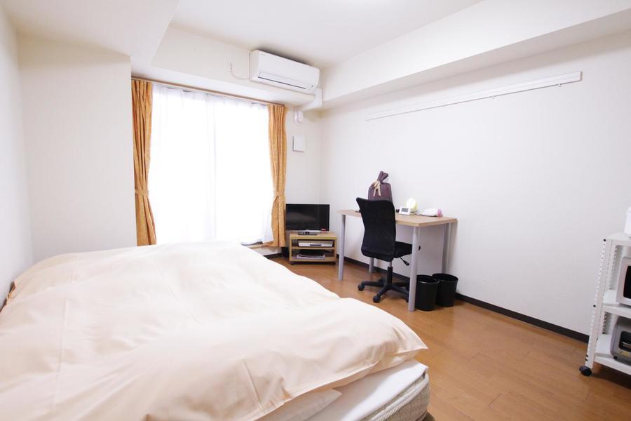 フローリングと白い壁紙の組み合わせ。シンプルで過ごしやすいお部屋です