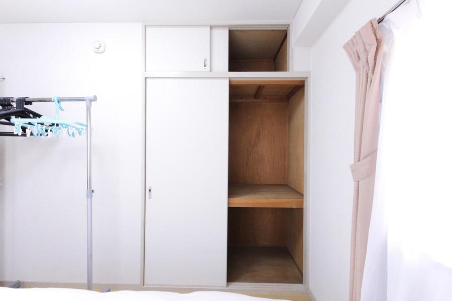 収納は押入れタイプ。上下二段と天袋の大容量収納です