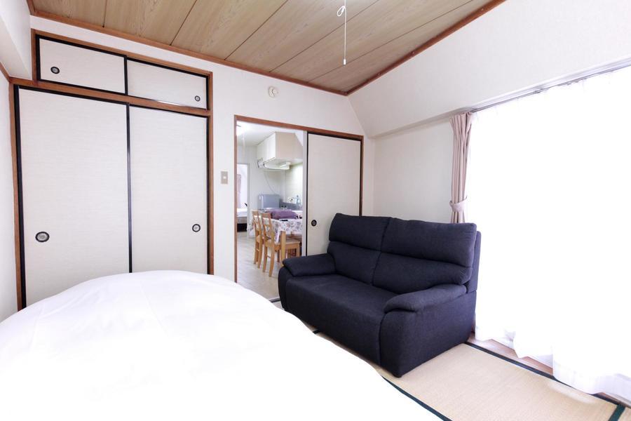 和室にはソファを設置。のんびり過ごせるくつろぎの空間です