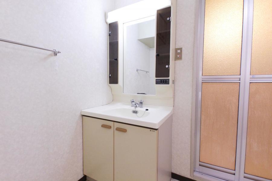 洗面台は使いやすい独立タイプ。収納棚もたっぷりで整理整頓もばっちり!