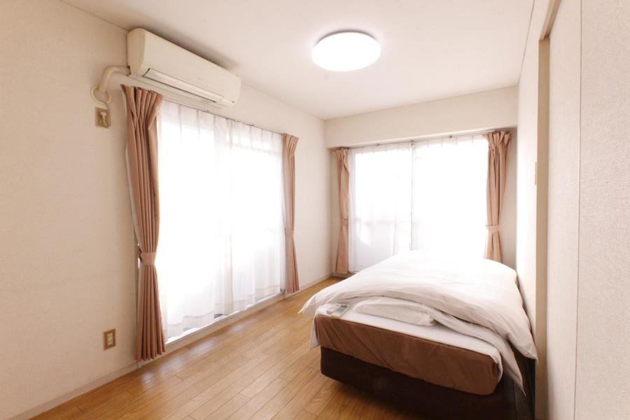 リビングと同じく大きな2面窓が特徴。日中も明るいお部屋です