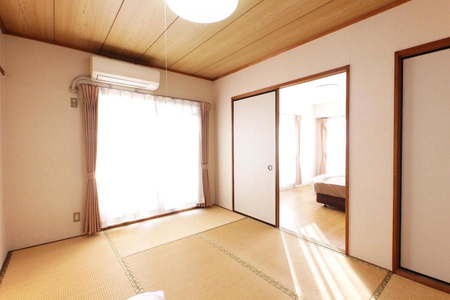 隣の洋室との仕切りを開けるとより広く明るいお部屋に変身!