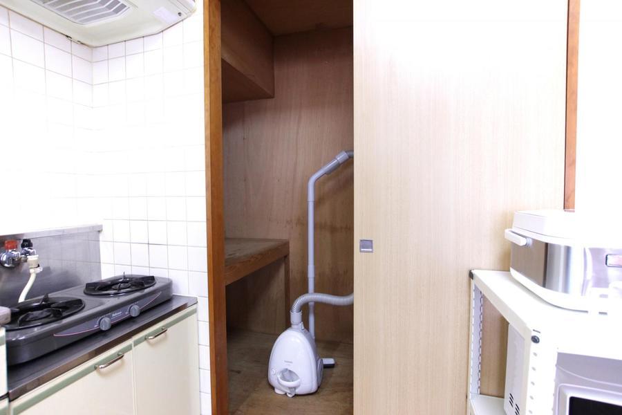 キッチン横には大きめの収納。家電の他、荷物や食品のストック置き場としても!