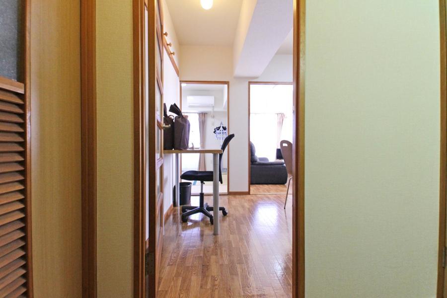 玄関からはダイニング、和室、洋室が一望できます
