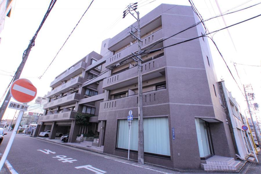 名鉄・神宮前駅より徒歩8分。駅の隣には有名な熱田神宮があります