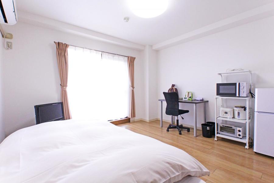 フローリング張りのシンプルなお部屋。8.4帖とゆったり過ごせる広さが魅力