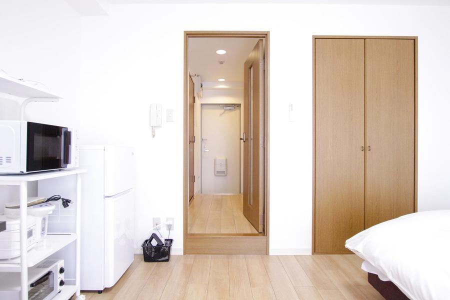 お部屋と廊下の間には仕切り扉を設置。セキュリティ、室温管理に便利です