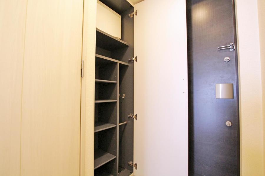 備え付けのシューズボックスはハイタイプで収納量も抜群!