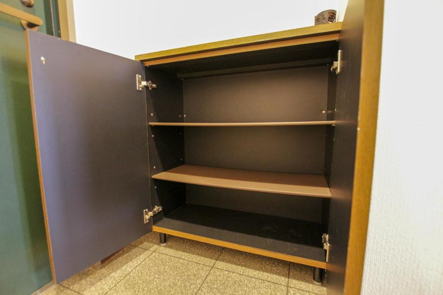 玄関には小型シューズボックス完備。高さの変えられる稼働棚タイプです