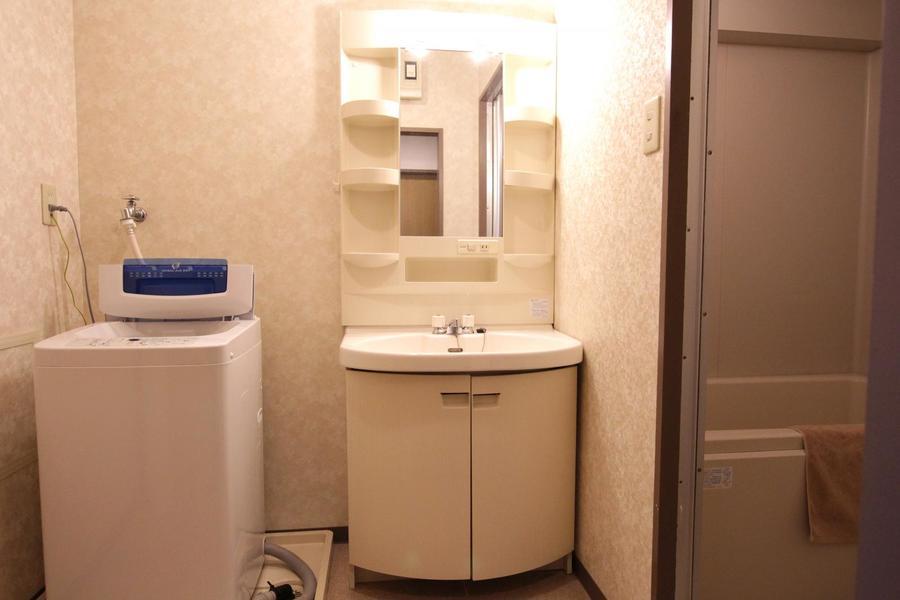 独立洗面台は小物収納スペースも完備!