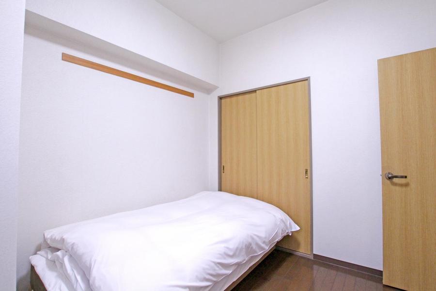 玄関隣の寝室は洋室タイプ。フローリング張りのシンプルなお部屋です