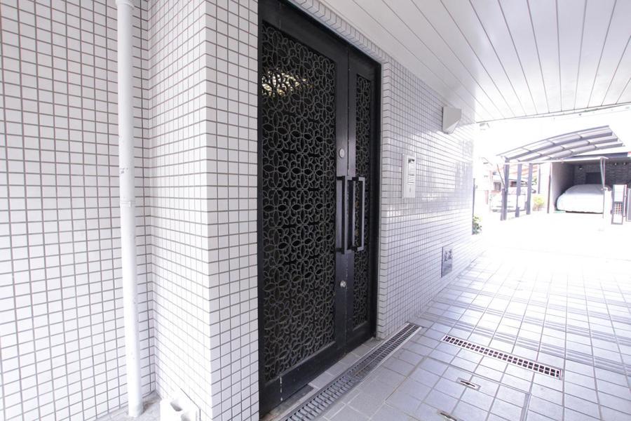 花を模したようなドアがポイント。安心のオートロックつきです