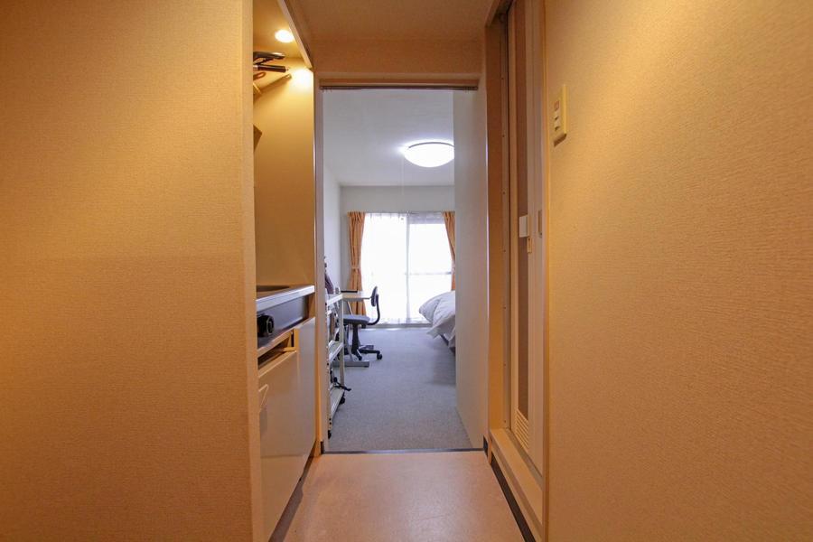 キッチン前の廊下を温かみのある照明が照らし出します