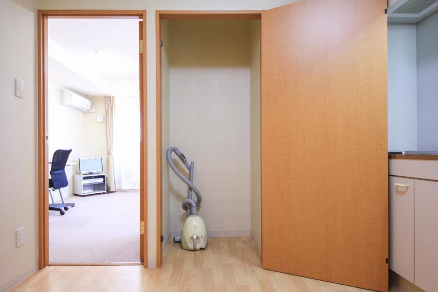 キッチン側のクローゼットは荷物やストックなどの収納に便利