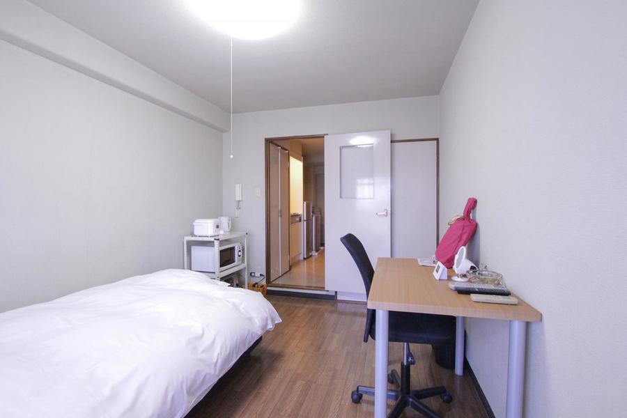 室内はフローリング張り。シンプルかつ過ごしやすいお部屋です