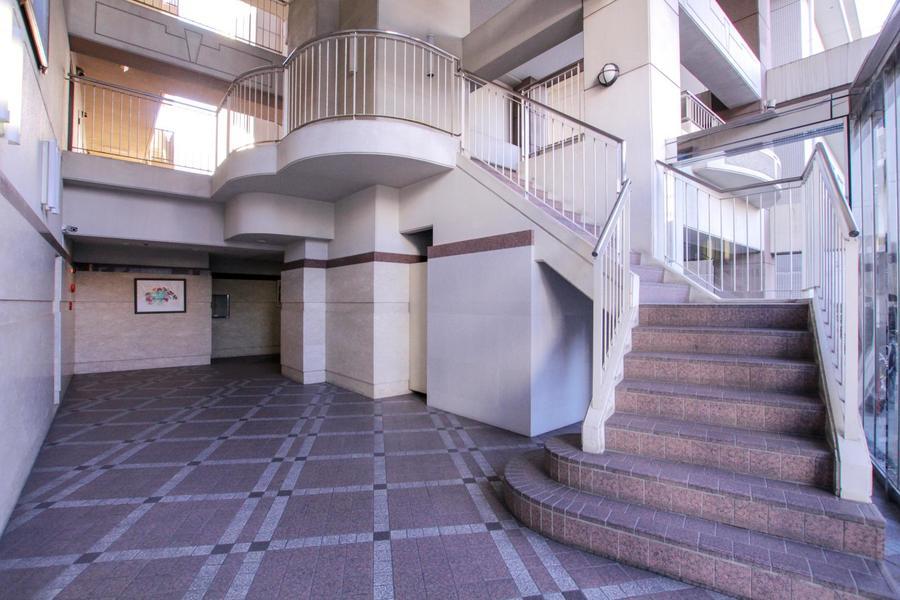 エントランスホールの階段もどこかお城のような雰囲気です