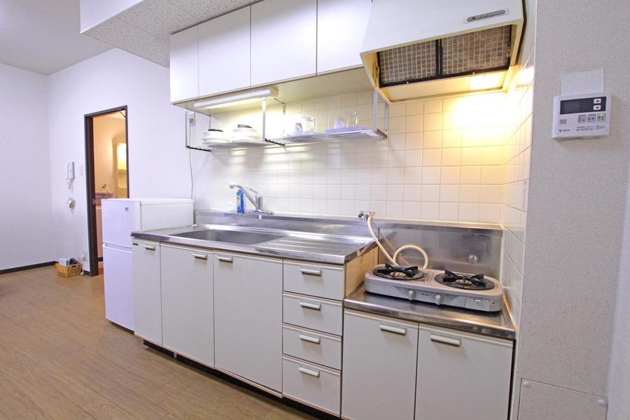 キッチンはガスコンロタイプ。作業スペース、シンクも広めです
