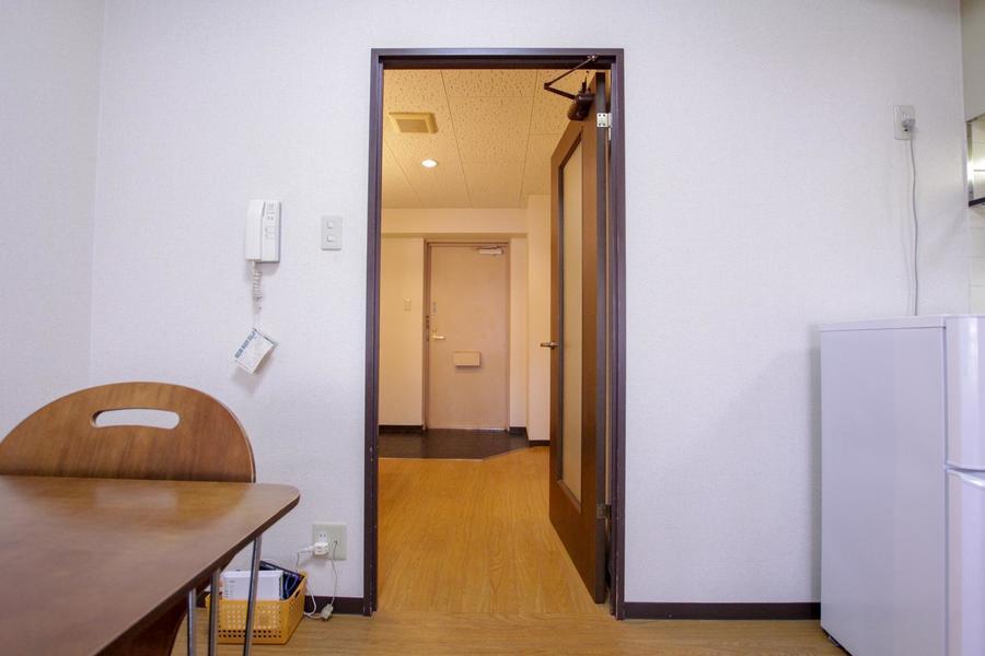 玄関とダイニングの間には仕切り扉が設置。来客時も安心です