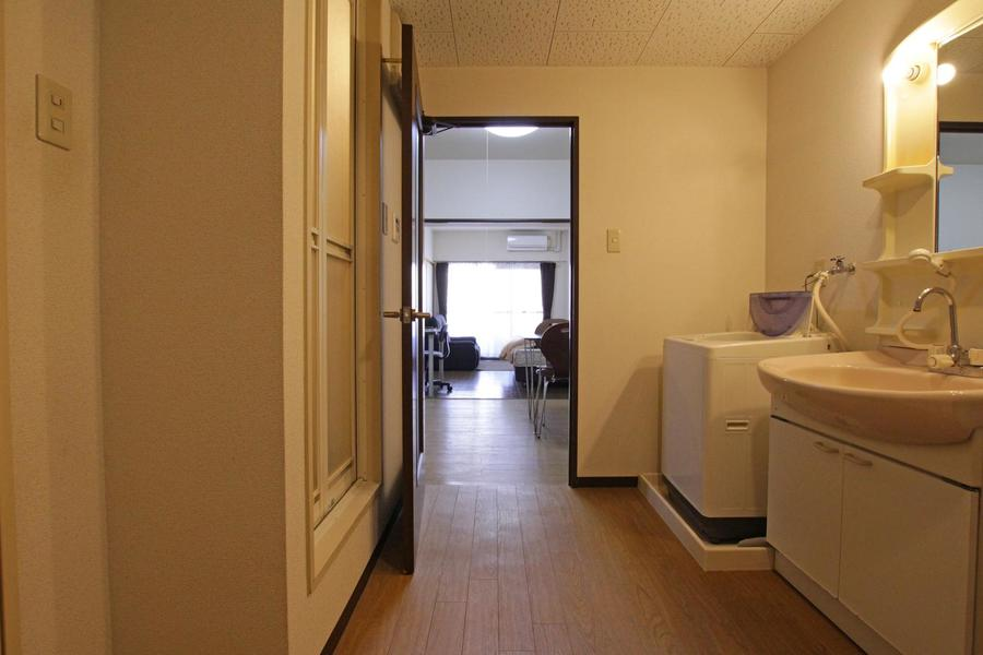 玄関とリビング、洋室の間には段差がなく移動もスムーズです
