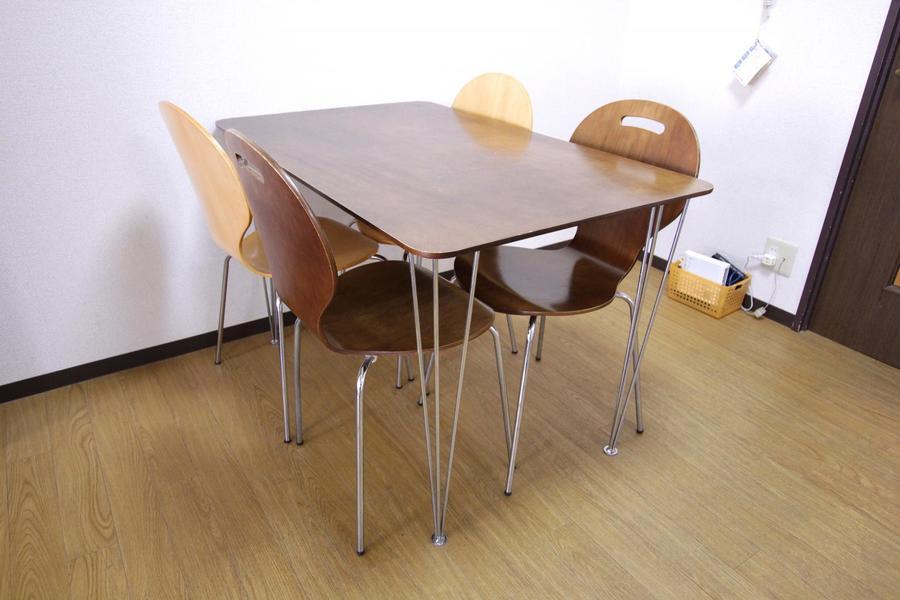 ダイニングテーブルはゆったり座れる4人がけ