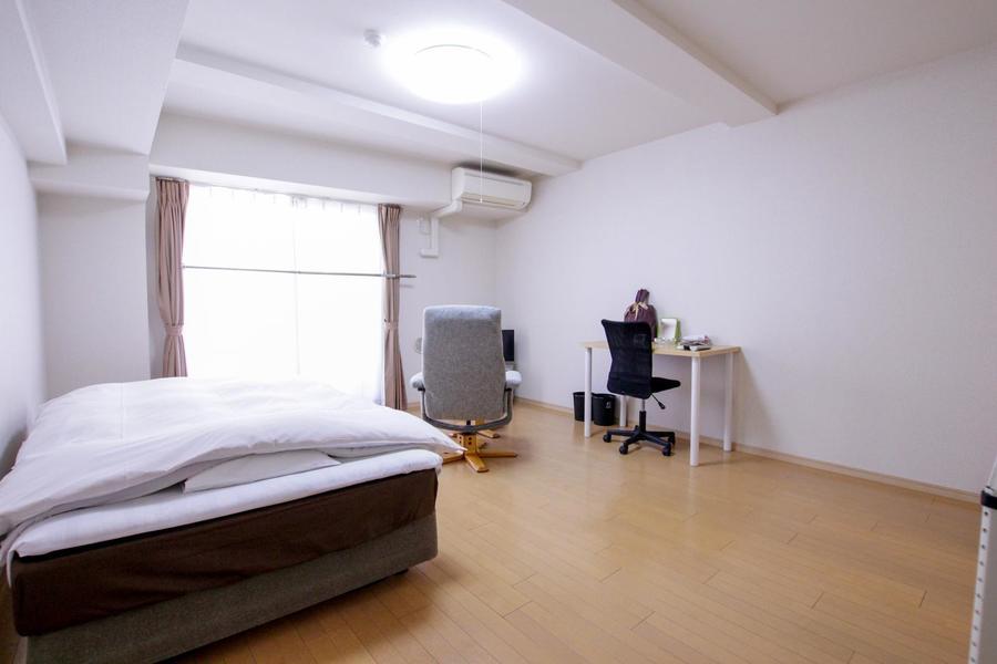 ベッド、デスクを置いてもゆとりの広さ。オプション品のご利用でより快適に