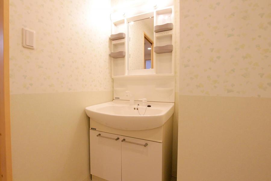 洗面台は小物棚たっぷり。シャンプードレッサーで身だしなみもばっちり!