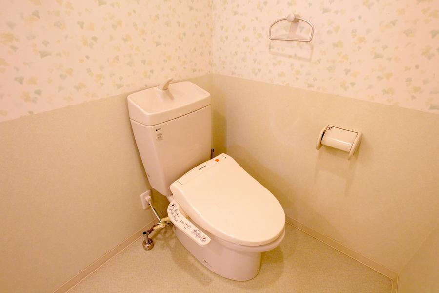 お手洗いは人気のシャワートイレタイプ。セパレート式で衛生面も安心
