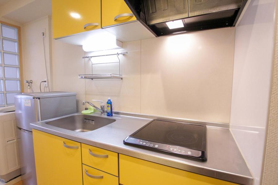 黄色の扉がポップなキッチン。便利なIHコンロ搭載です