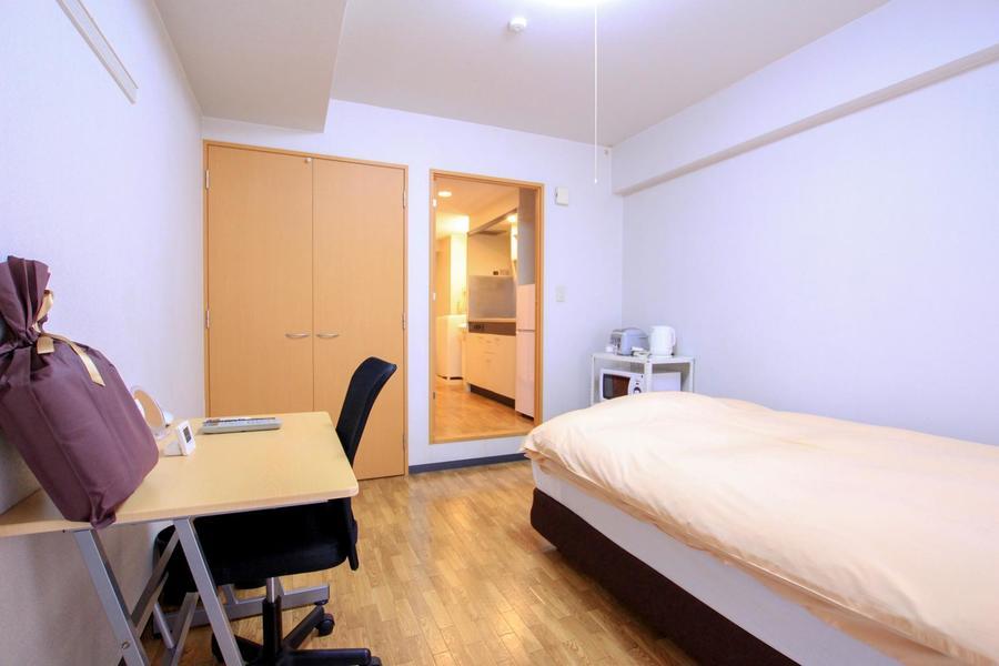 お部屋はシンプルな1Kルーム。天井も高く開放的なお部屋です