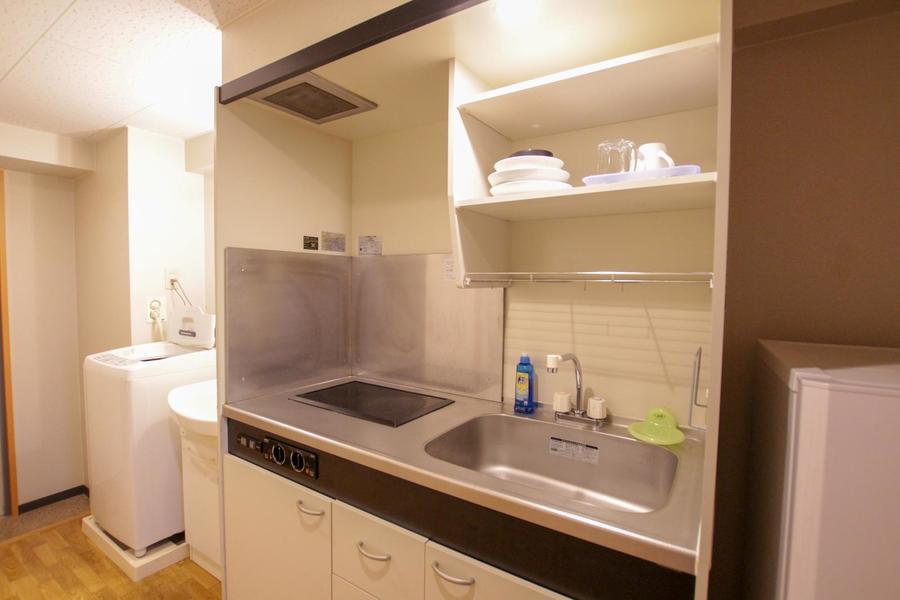 キッチンはコンパクトながら広めのシンクが特徴。便利なIHコンロです