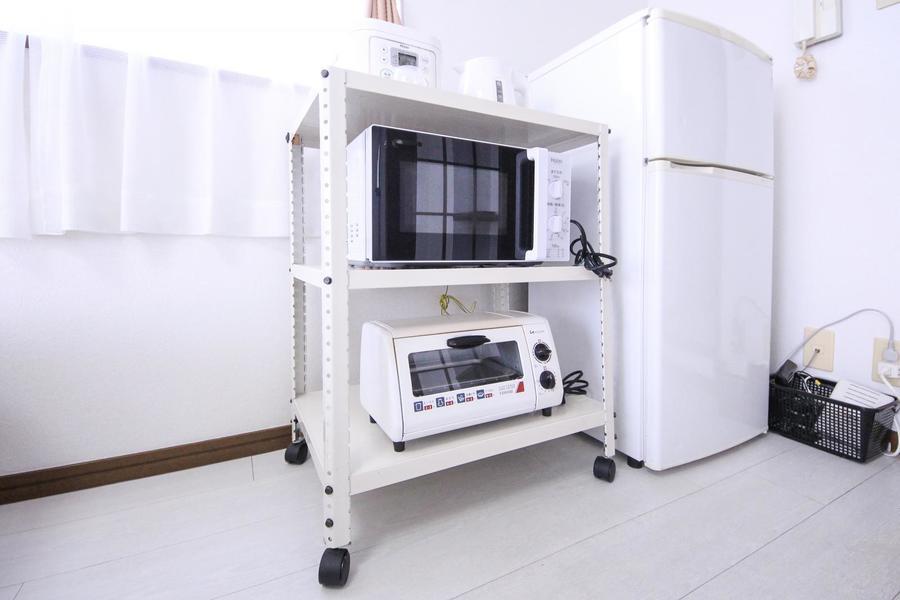 電子レンジ、トースターなどの家電類はラックに集約。移動も可能です
